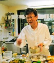 カブールの日本大使館で、得意だった料理の腕をふるう。テロの危険と隣り合わせの緊張した日々が続く中、館員たちとの食事はくつろげる貴重な時間だった。限られた食材を駆使して日本料理を作り、外国の客人をもてなすことも多かったという=11年10月23日