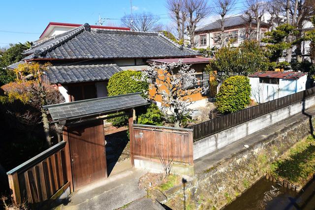 細部にこだわりのある造りの一軒家。蔵の街の中心部で、家の前は県庁堀と呼ばれる水路、右手奥は栃木高校=栃木市入舟町、市提供