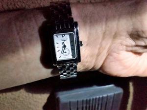 「抜き打ち調査」の開始直前、携帯ライトで腕時計の時刻を確認する=熊本県人吉市の特別養護老人ホーム「龍生園」