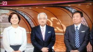 (左から)膳場キャスターと岸井アンカー、来週からキャスターを務める星さん=26日午前0時過ぎ、TBS系の報道番組「NEWS23」から