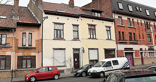 ブリュッセル北東部スカルベーク地区にあるナジム・アシュラウィ容疑者の実家(中央)。れんがや石造りの家が並ぶ=渡辺丘撮影