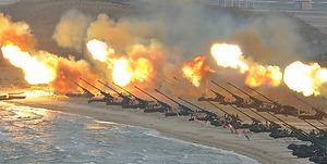 北朝鮮の朝鮮中央通信が25日に報じた朝鮮人民軍前線大連合部隊の長距離砲兵隊集中火力攻撃演習。日時は不明=朝鮮通信。過去最大規模で、金正恩(キム・ジョンウン)第1書記が視察したとしている。演習はソウルへの攻撃を想定したものだといい、韓国側を挑発している