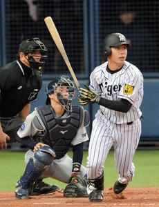 三回裏阪神1死一塁、高山は適時二塁打を放つ=日刊スポーツ