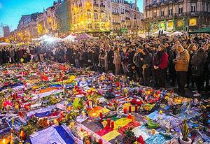 ブリュッセルで25日、ベルギー連続テロの犠牲者を追悼するために集まった人たち=AFP時事