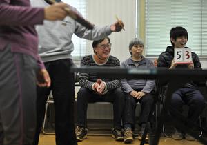 京都府宇治市の取り組みに協力している中西美幸さん(右から2人目)と夫の俊夫さん(同3人目)。楽しみは卓球やテニスだ=仙波理撮影