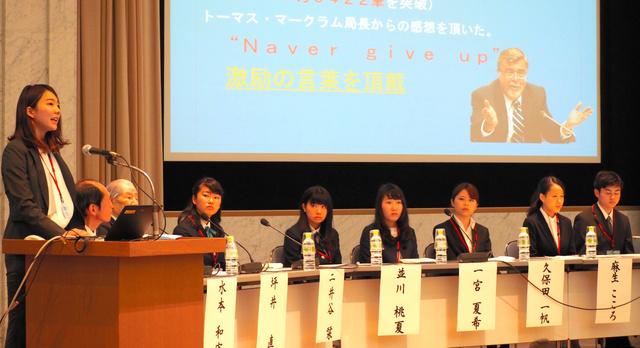 平和に向けた取り組みについて発表するユース非核特使経験者ら=広島市中区