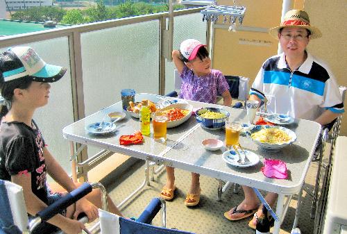 2人の娘と自宅でくつろぐ平岡さん(右)=2010年9月、本人提供
