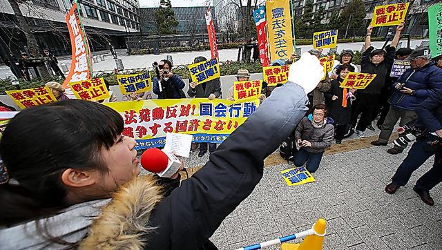 <国会前に400人>安全保障関連法が29日に施行されるのを前に、関連法に反対する市民団体が28日正午から、国会前で座り込みを始めた。約400人(主催者発表)が集まり、プラカードを掲げるなどして抗議の意思表示をした(佐藤恵子、写真は鬼室黎)