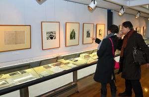 噴火についてしるされた作品や原稿、書簡など約200点が紹介されている=軽井沢町の軽井沢高原文庫