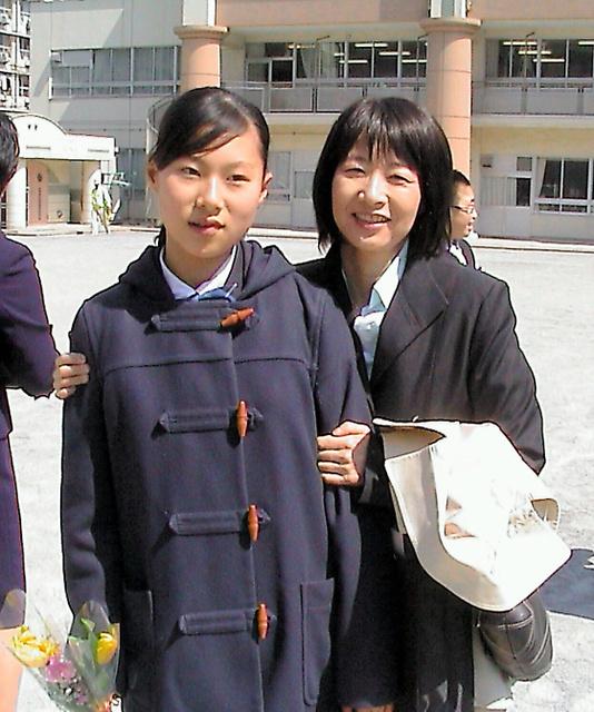 2007年3月、抗がん剤の治療中だった国井さんは、次女の小学校の卒業式に駆けつけた=本人提供