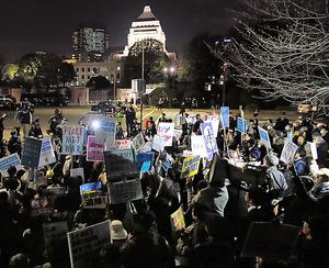 <やまぬ抗議>28日、各地で安全保障関連法に反対するデモなどがあった。学生団体「SEALDs(シールズ)」は同日夜、国会前で抗議行動を展開。約500人が「憲法を守れ」などと訴えた(長島一浩撮影) 〈+d〉デジタル版に動画