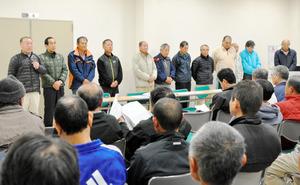 町が環境省に候補地の選定返上を申し入れた昨年12月7日、反対同盟会では自民党への支援要請を巡って批判を受けた和気進会長(左)ら13人の本部役員全員が辞任を表明。新役員選出に向けた話し合いが続いている