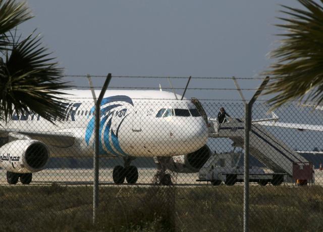 29日、ハイジャックされ、キプロスのラルナカ空港に到着したエジプト航空の旅客機=ロイター