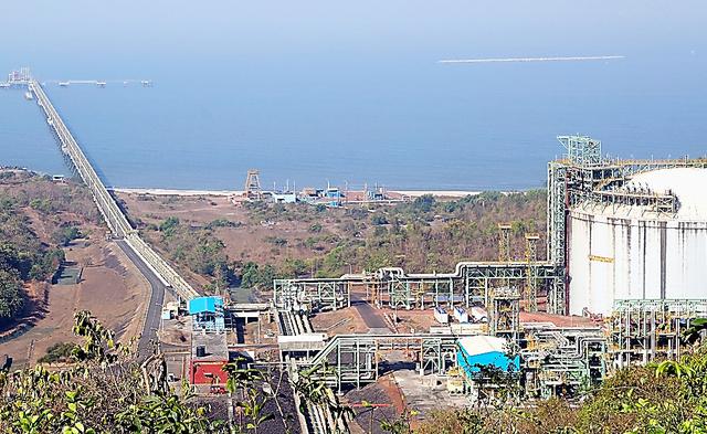 LNGの輸入基地。入り江から一直線に沖合まで桟橋が延び、巨大タンク(手前右)と結ばれている=インド西部ダボール