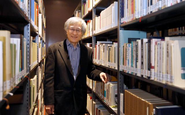 加藤周一さんの膨大な蔵書と鷲巣力さん=京都市北区、佐藤慈子撮影