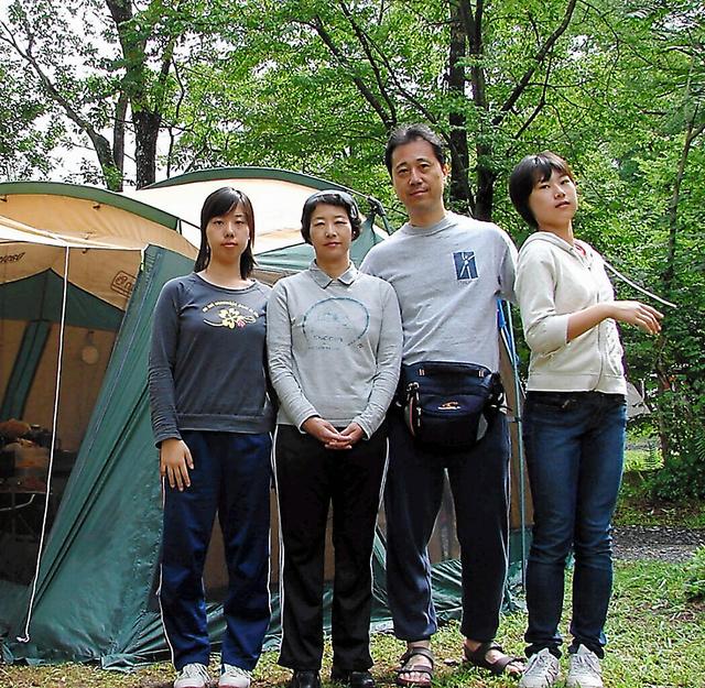 職場復帰後の2008年夏、国井さん(左から2人目)は家族4人で長野・軽井沢へキャンプに出かけた=本人提供