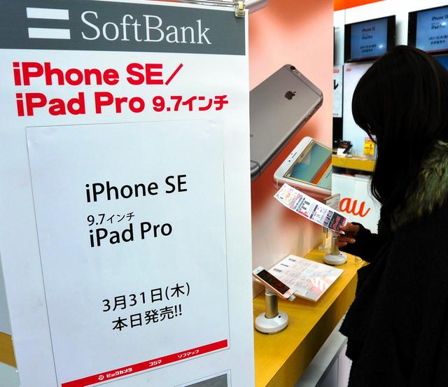 家電量販店では、発売された「iPhoneSE」を入り口近くに展示していた=31日、東京・有楽町のビックカメラ
