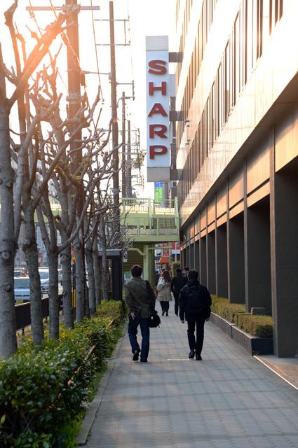 鴻海による買収が決まった30日夕、本社から帰宅するシャープ社員=大阪市阿倍野区、足立耕作撮影
