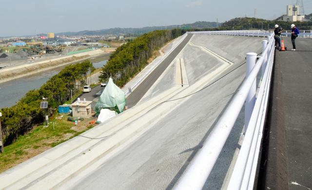 完成した改良盛り土の西側。新野川(左)の向こうに市街地が広がる=御前崎市佐倉の中部電力浜岡原発