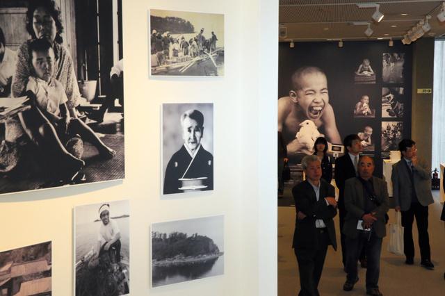 リニューアルされた水俣病資料館を見学する関係者=31日午後2時16分、熊本県水俣市明神町、小宮路勝撮影