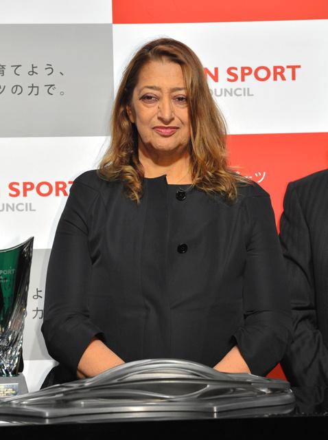 表彰式で、設計した新国立競技場の模型とともに立つザハ・ハディドさん=2013年3月19日、小川智撮影