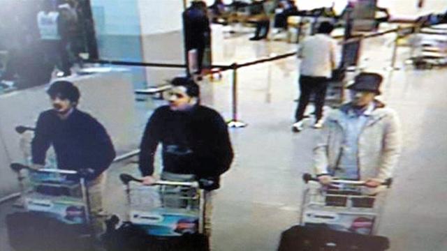 ブリュッセルの爆発テロの容疑者とみられる3人。ベルギー警察当局が防犯カメラの映像から発表した。中央の男がイブラヒム・バクラウィとされる=Belgian Federal Police via AP