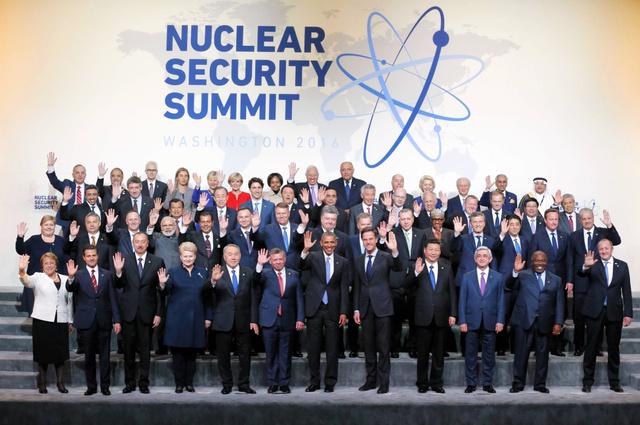 核保安サミットの記念撮影で手を振る米国のオバマ大統領(前列左から7人目)ら各国首脳=1日午後1時10分、ワシントン、代表撮影