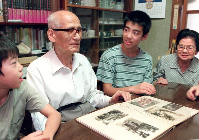 故・山本卯吉さん(左から2人目)=2000年8月撮影