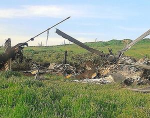 ナゴルノ・カラバフ自治州当局が2日公開した、州内で撃ち落とされたとされるアゼルバイジャン軍のヘリコプター=AFP時事