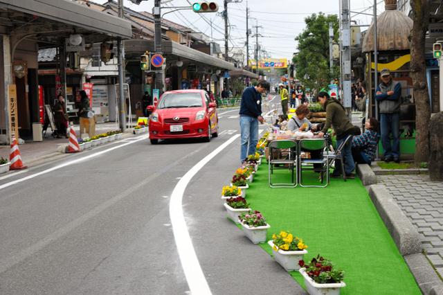 一方通行にして人工芝を敷いた車道でイベントを楽しむ観光客ら=昨年11月21日、境港市松ケ枝町