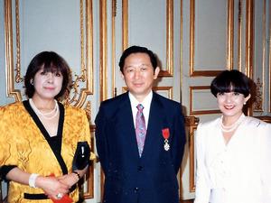 左から堤邦子、堤清二と妻の麻子=1987年、仏レジオン・ドヌール勲章授章式、堤家提供