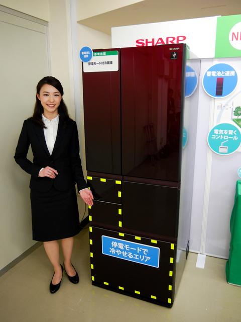停電時に電力消費を落として蓄電池でも長く動くシャープの冷蔵庫=4日、大阪市北区