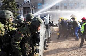 軍事演習「電撃2016」でデモ隊の鎮圧訓練をする特殊部隊=クライペダ、いずれも駒木明義撮影