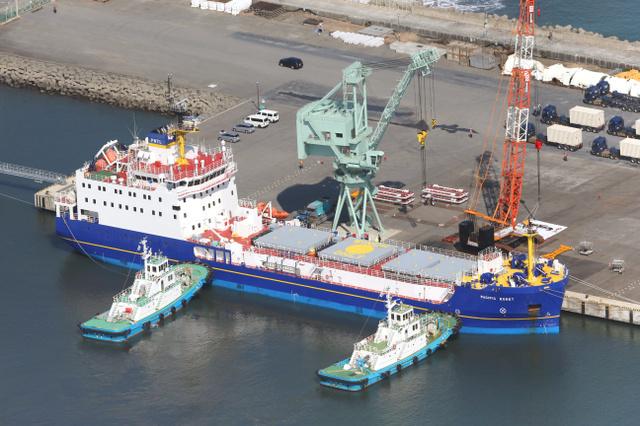 プルトニウムなどを運ぶとみられる輸送船=3月22日、茨城県東海村、朝日新聞社ヘリから、堀英治撮影