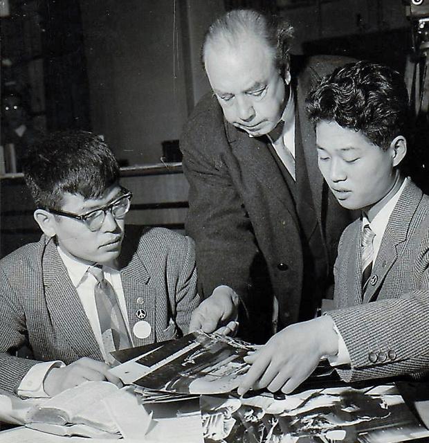 ロンドンであった青年らの核軍縮会議で、イギリスの小説家・劇作家プリーストリー氏に土門拳の説明をした。左が駒井洋さん=本人提供