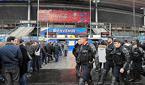 スタジアムの周りでは重装備の治安部隊が、異常がないか目を光らせた=パリ郊外、ロイター
