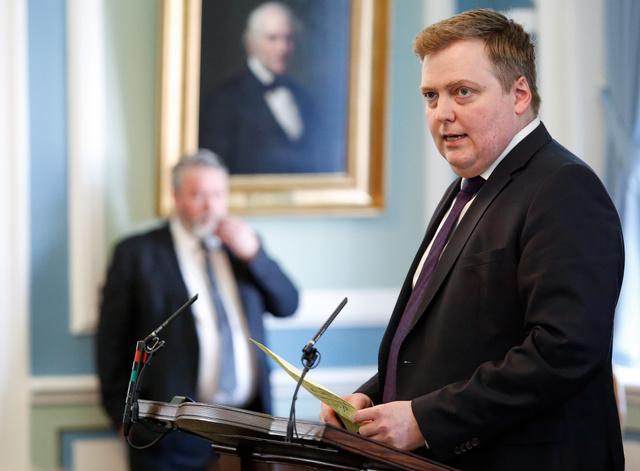 アイスランド国会でのグンロイグソン首相(右)。4日撮影=AP
