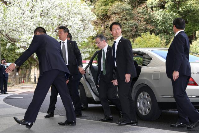 各国の外相が車から降りてきた際の警護を想定した広島県警の訓練=5日、広島市南区、青山芳久撮影