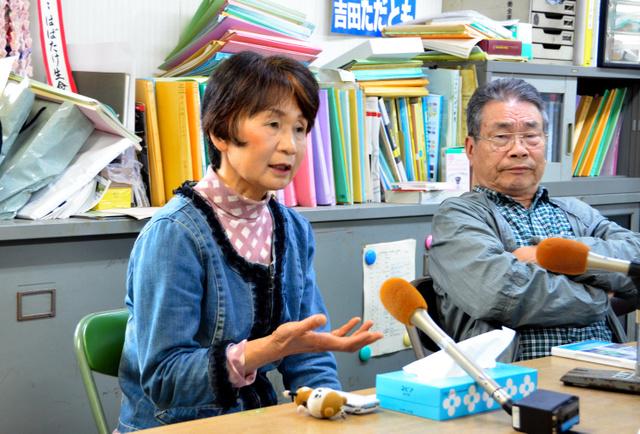 鳥原良子さん(左)は6日午後、報道陣の取材に応じ、「一人一人が声を出すことが大切だと今後も訴え続けていく」と力をこめた=薩摩川内市