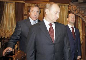 2009年11月、当時のプーチン首相(中央)とメドベージェフ大統領(右)をエスコートするチェリストのセルゲイ・ロルドゥーギン氏=AP