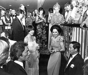 リディア号でのパーティー。下段中央に堤邦子、右隣にデヴィ夫人、堤清二=アマド・ジョベール氏提供