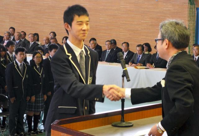 ふたば未来学園高校の入学式で誓いの言葉を述べた遠藤瞭君=広野町
