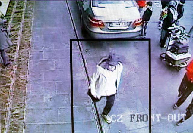 ベルギー連続テロの実行犯で、空港から逃走したとみられる男の映像=ロイター