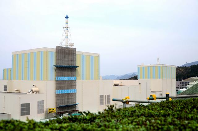 再稼働に向け適合性審査が進む島根原発2号機(左)と昨年3月に廃炉が決まった1号機=松江市鹿島町