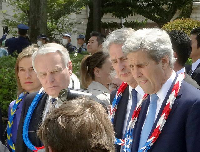 急きょ訪れた原爆ドームの説明板を読む米国のケリー国務長官(右)ら=11日、広島市、中野晃撮影