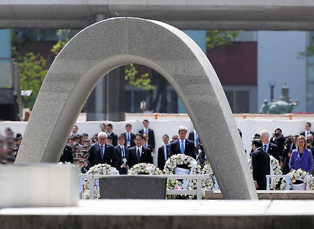原爆死没者慰霊碑に献花する各国の外相ら=11日午前11時48分、広島市中区、青山芳久撮影