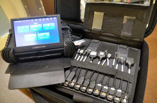 サン電子が100カ国以上に納入している、スマホを対象にした捜査機器=東京都千代田区