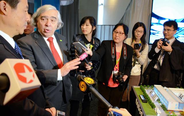 核保安サミット会場で米中協力を紹介した中国の展示ブースを視察する米エネルギー省のモニツ長官(左から2人目)=3月31日、ワシントン、倉重奈苗撮影