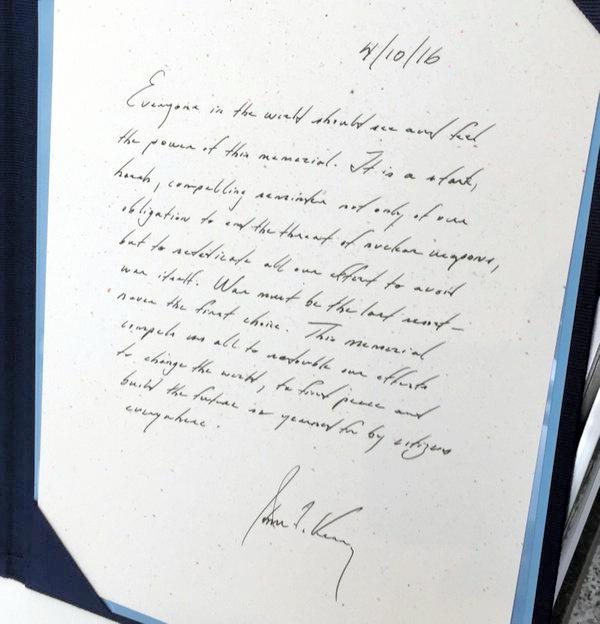 ケリー米国務長官がツイッターで公開した、広島平和記念資料館を訪れた際の記帳。「世界のすべての人が記念館の力強さをみて、感じるべきだ」などと記した=ケリー氏の公式ツイッターアカウントから