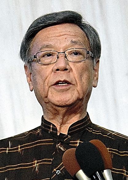 普天間返還合意から20年にあわせ、記者団の取材に応じた翁長雄志知事=8日、沖縄県庁